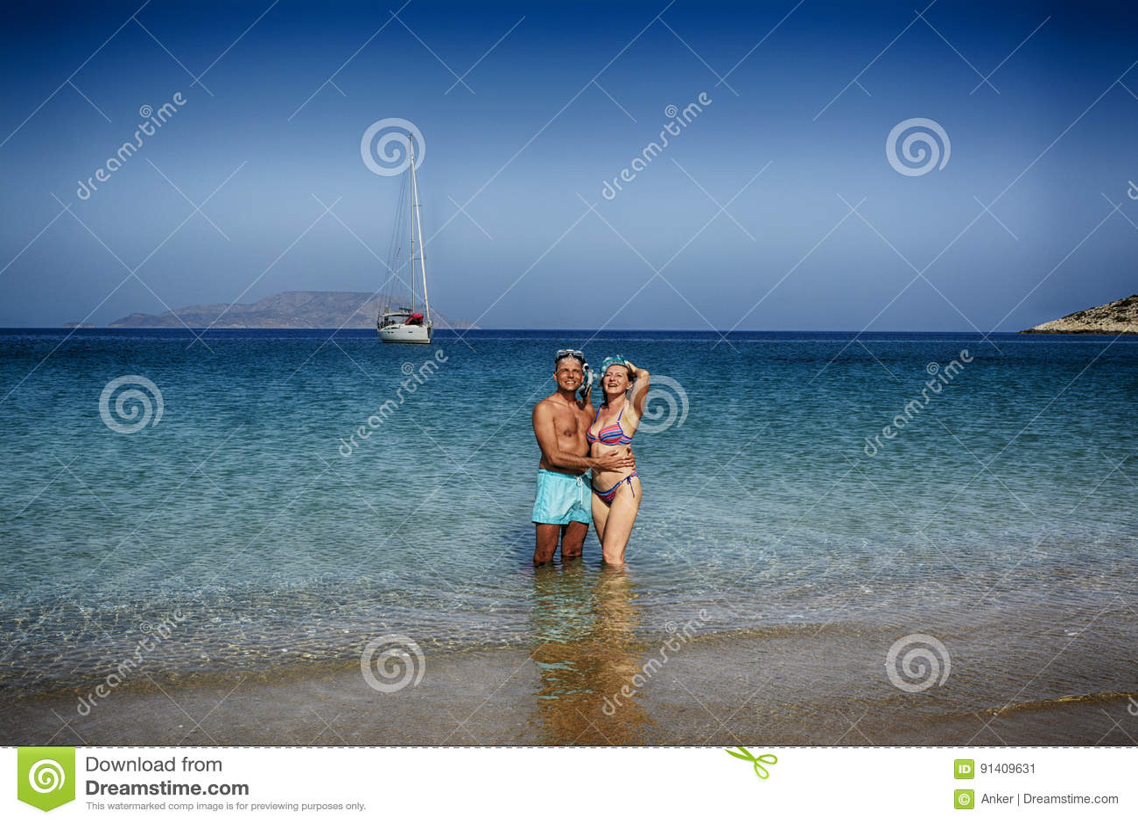 Pares bonitos na praia em Grécia