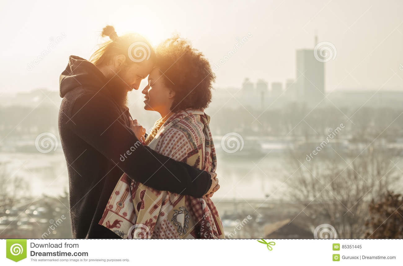 Pares cariñosos del abarcamiento romántico El caer en amor