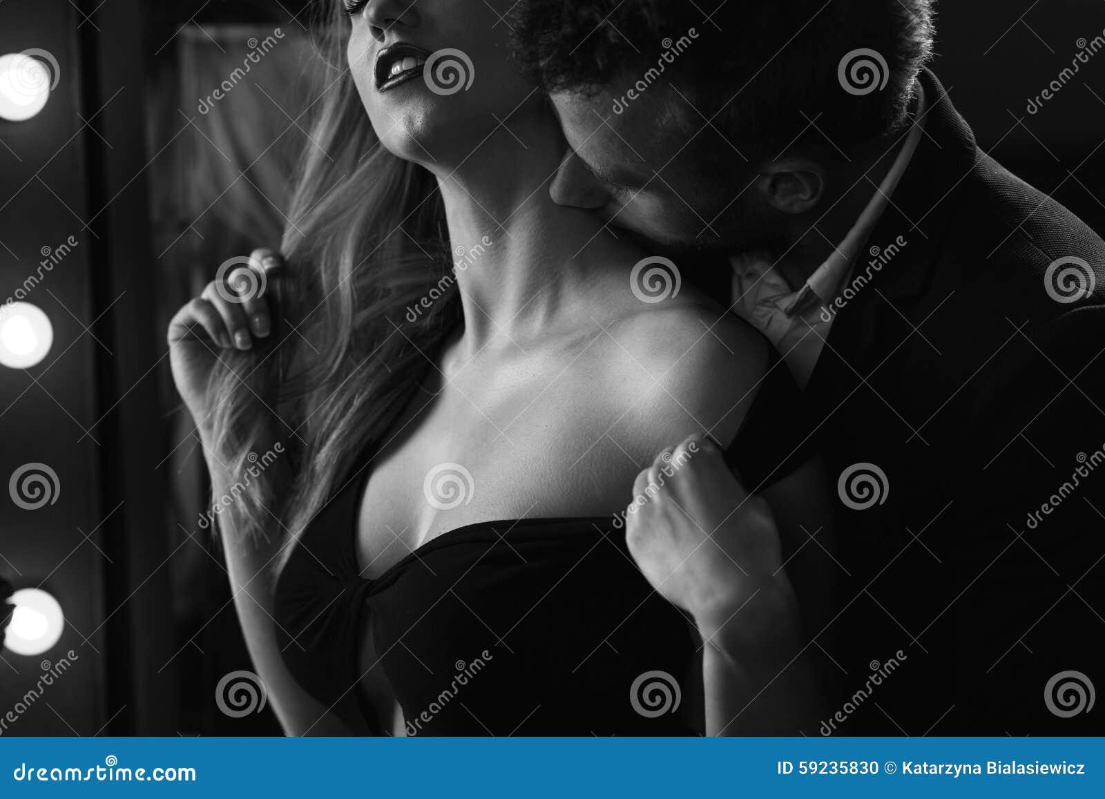 Pares cariñosos durante foreplay romántico