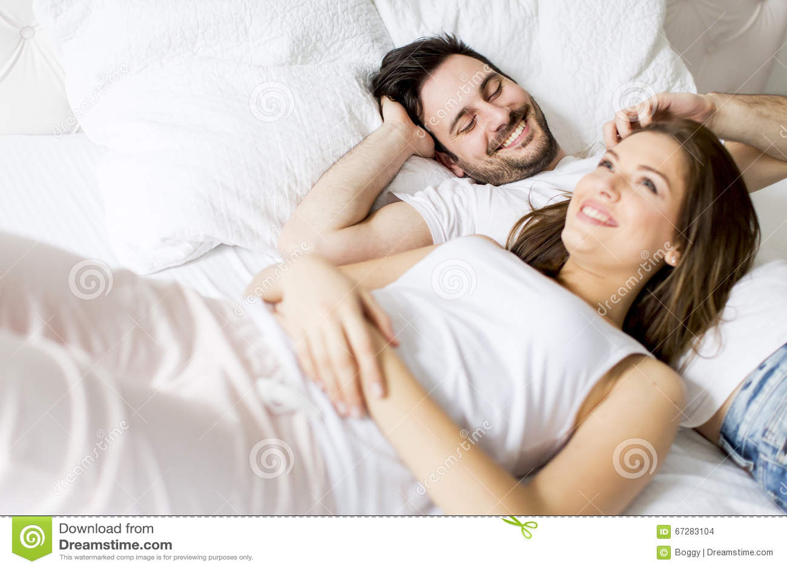 Pares cariñosos en la cama