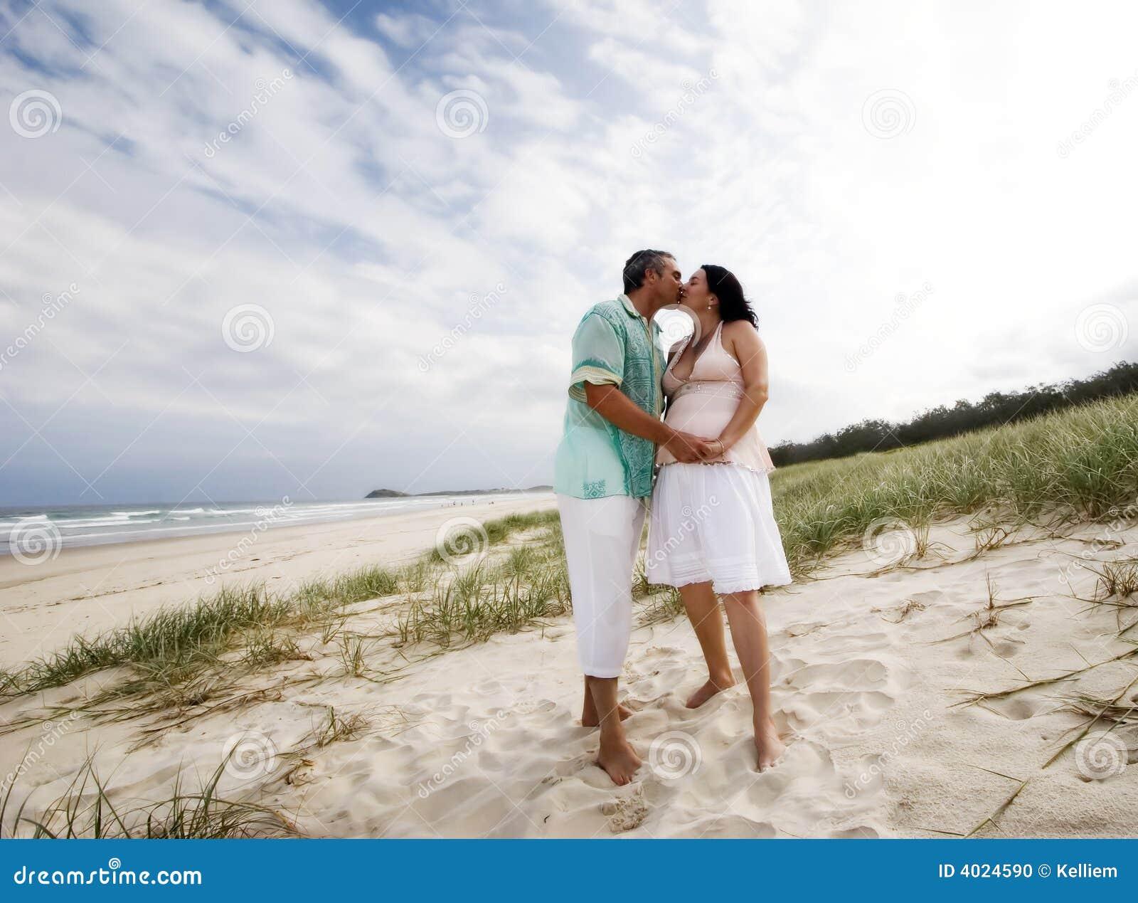 Pares cariñosos en la playa
