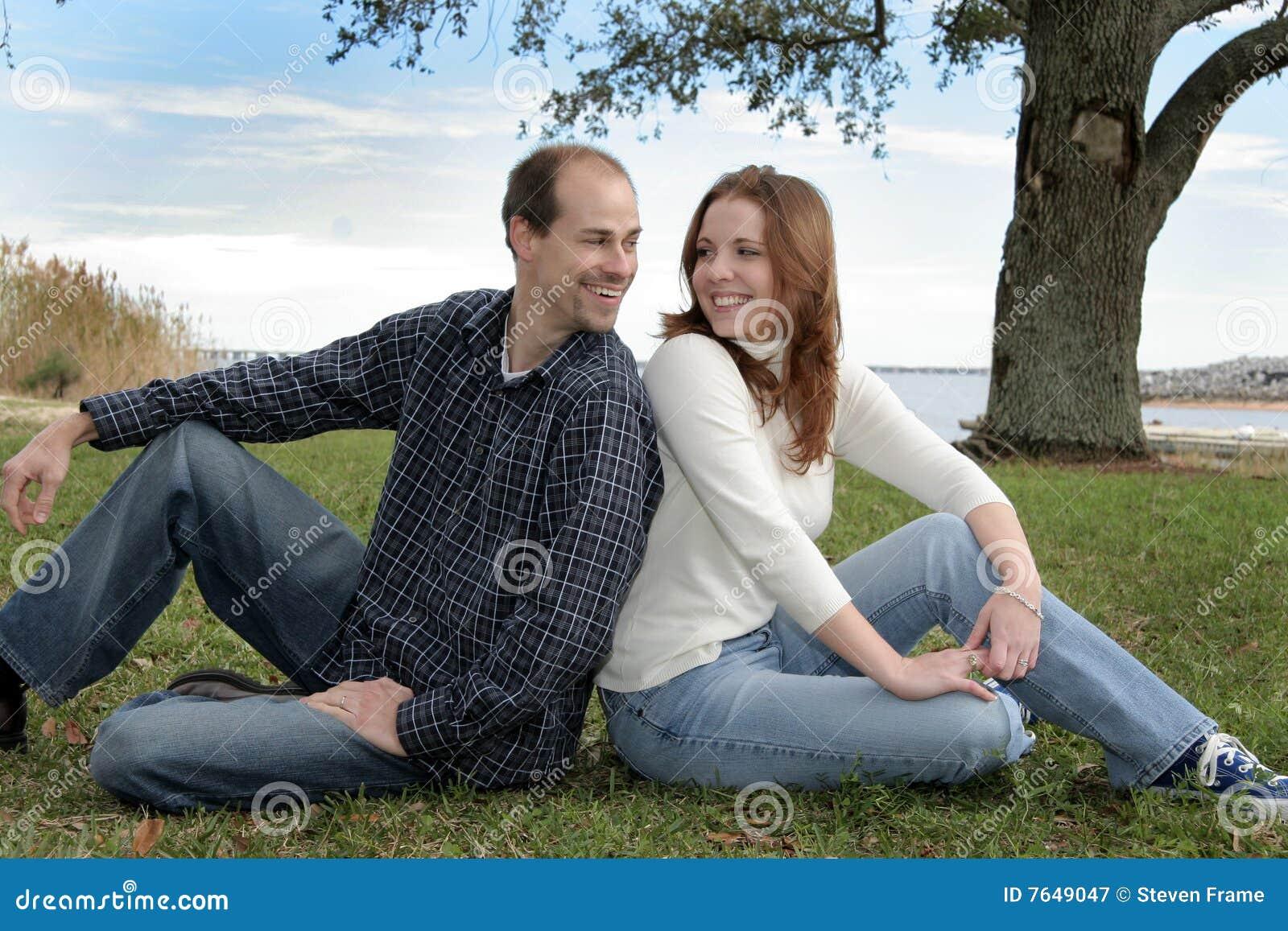 Pares casados jovenes en el parque