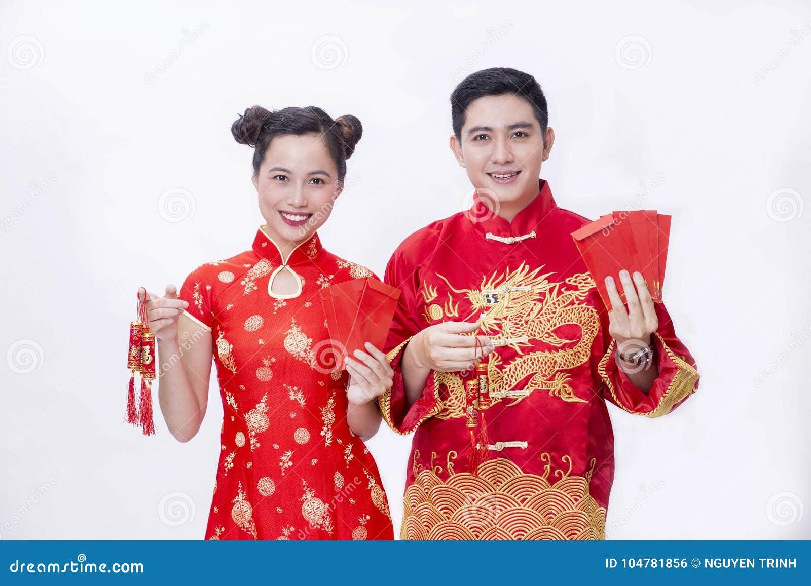 Pares chinos que llevan a cabo el artículo de la buena suerte por Año Nuevo