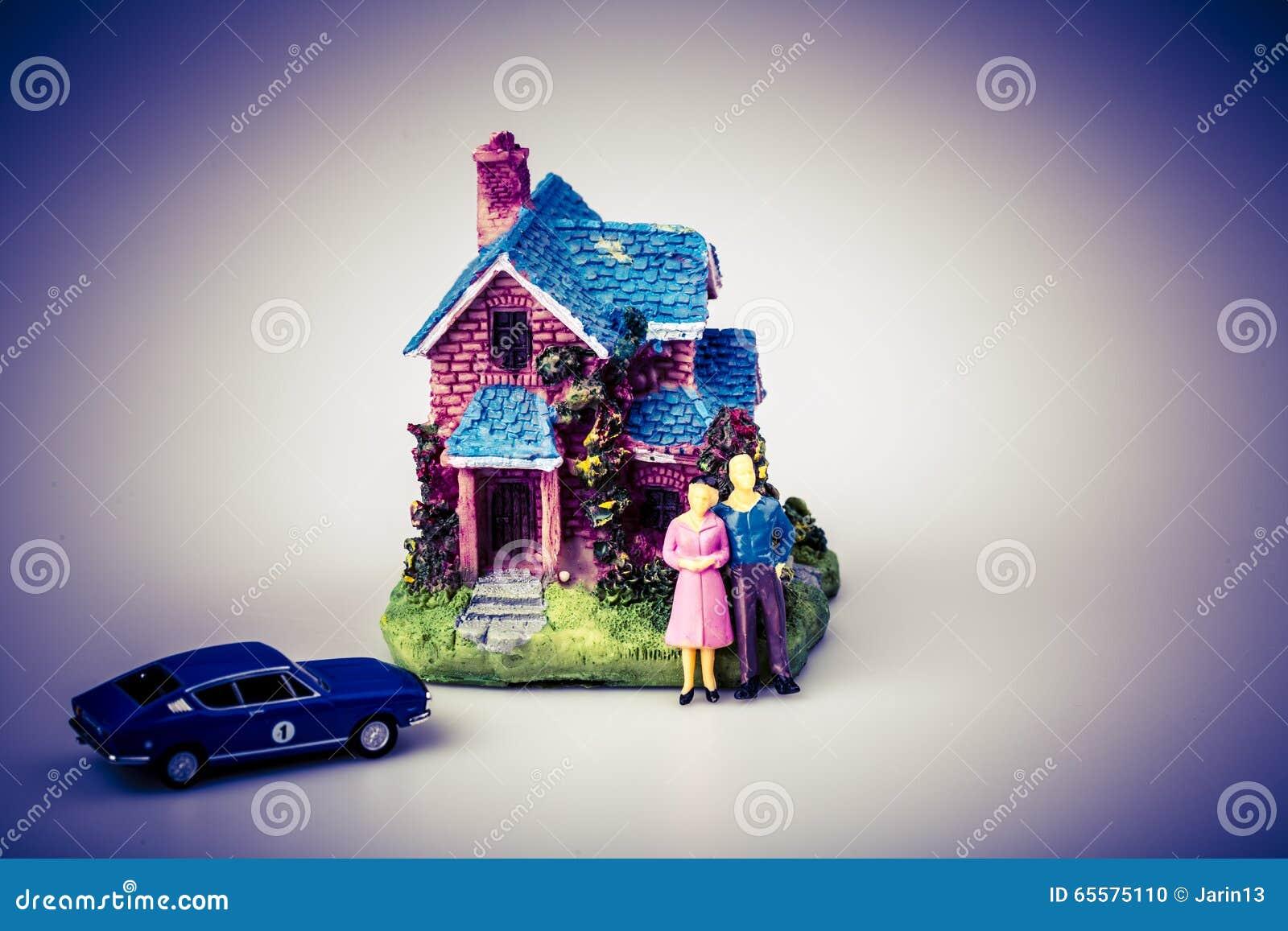 Pares com carro e sua casa nova