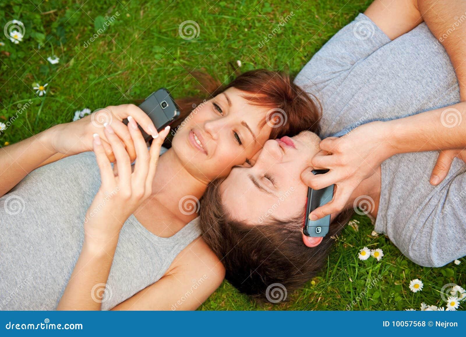 Pares com os telefones móveis ao ar livre