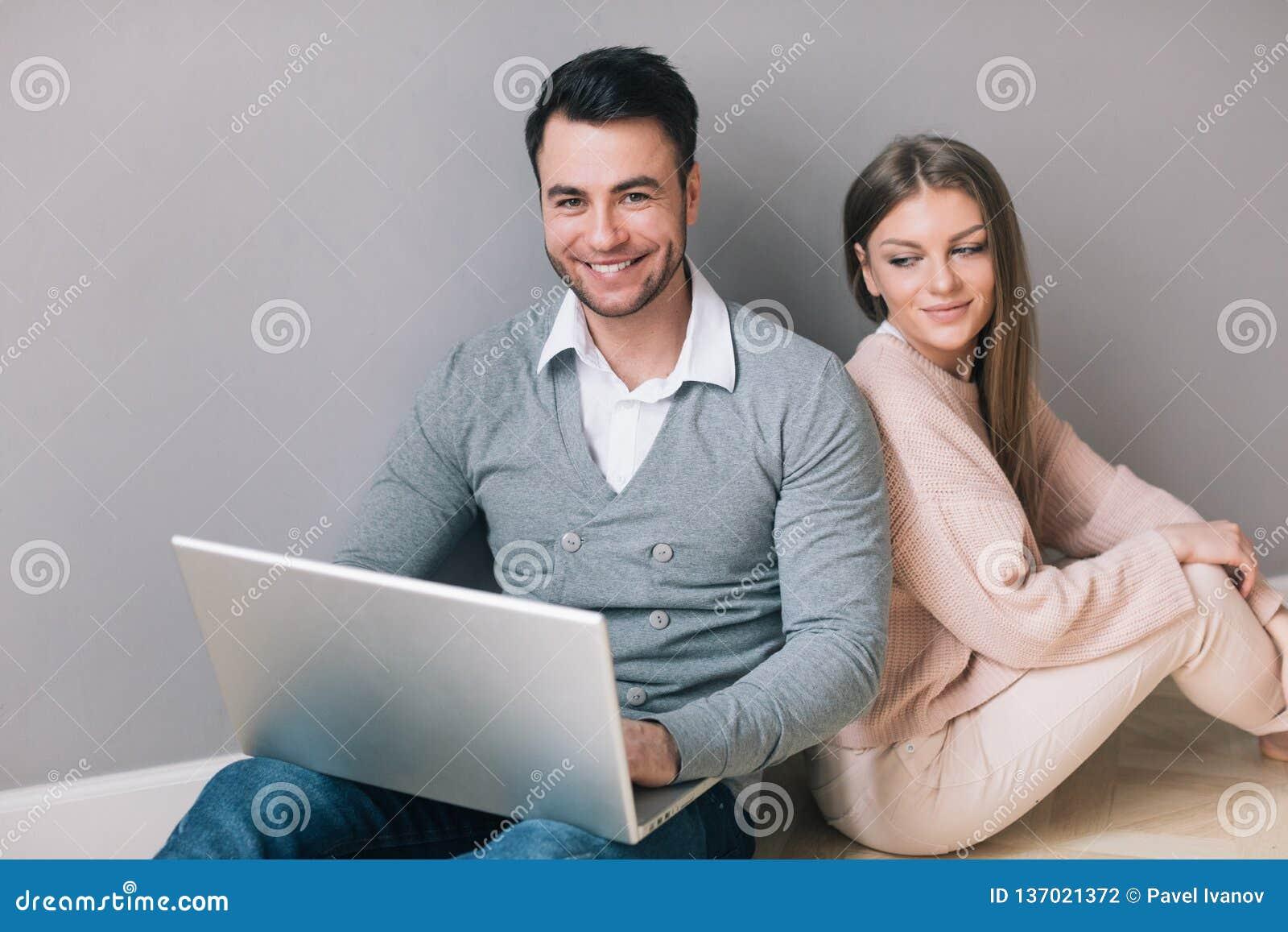 Pares com portátil em casa