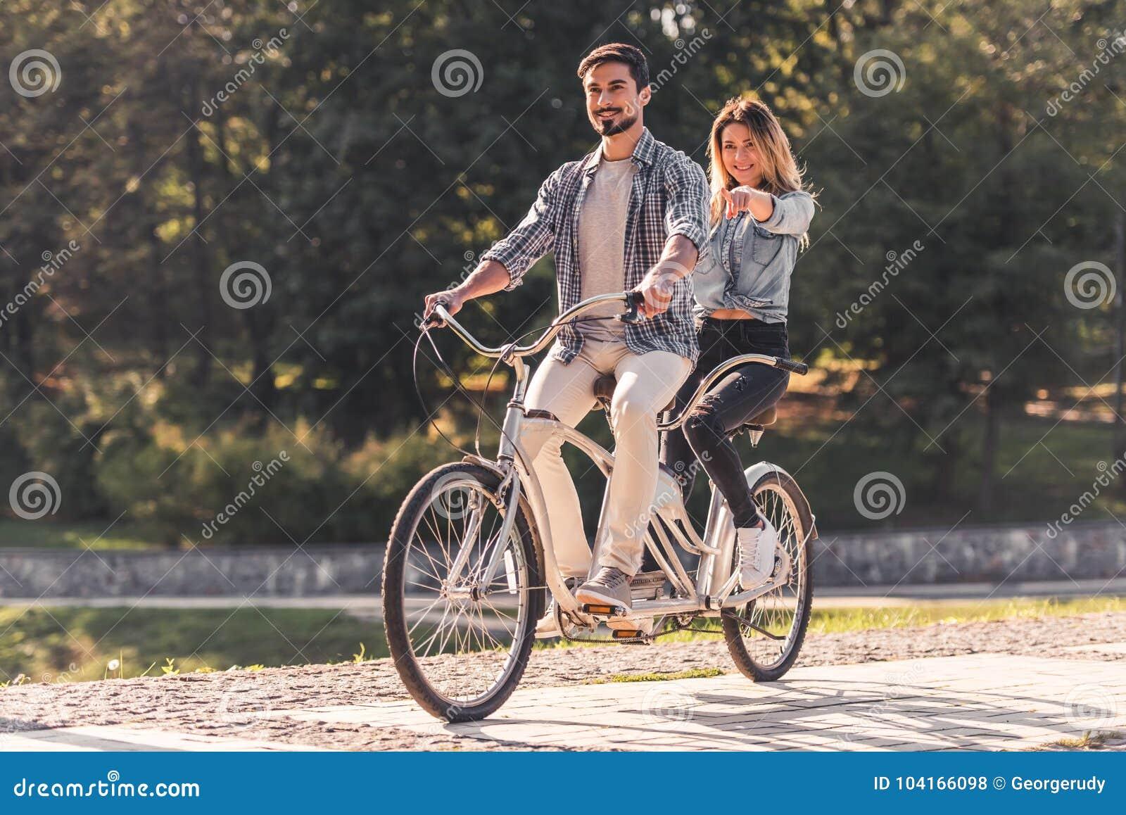 Pares com uma bicicleta em tandem