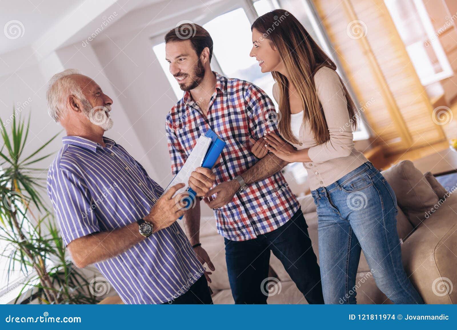 Pares con la casa que visita del agente inmobiliario para la venta