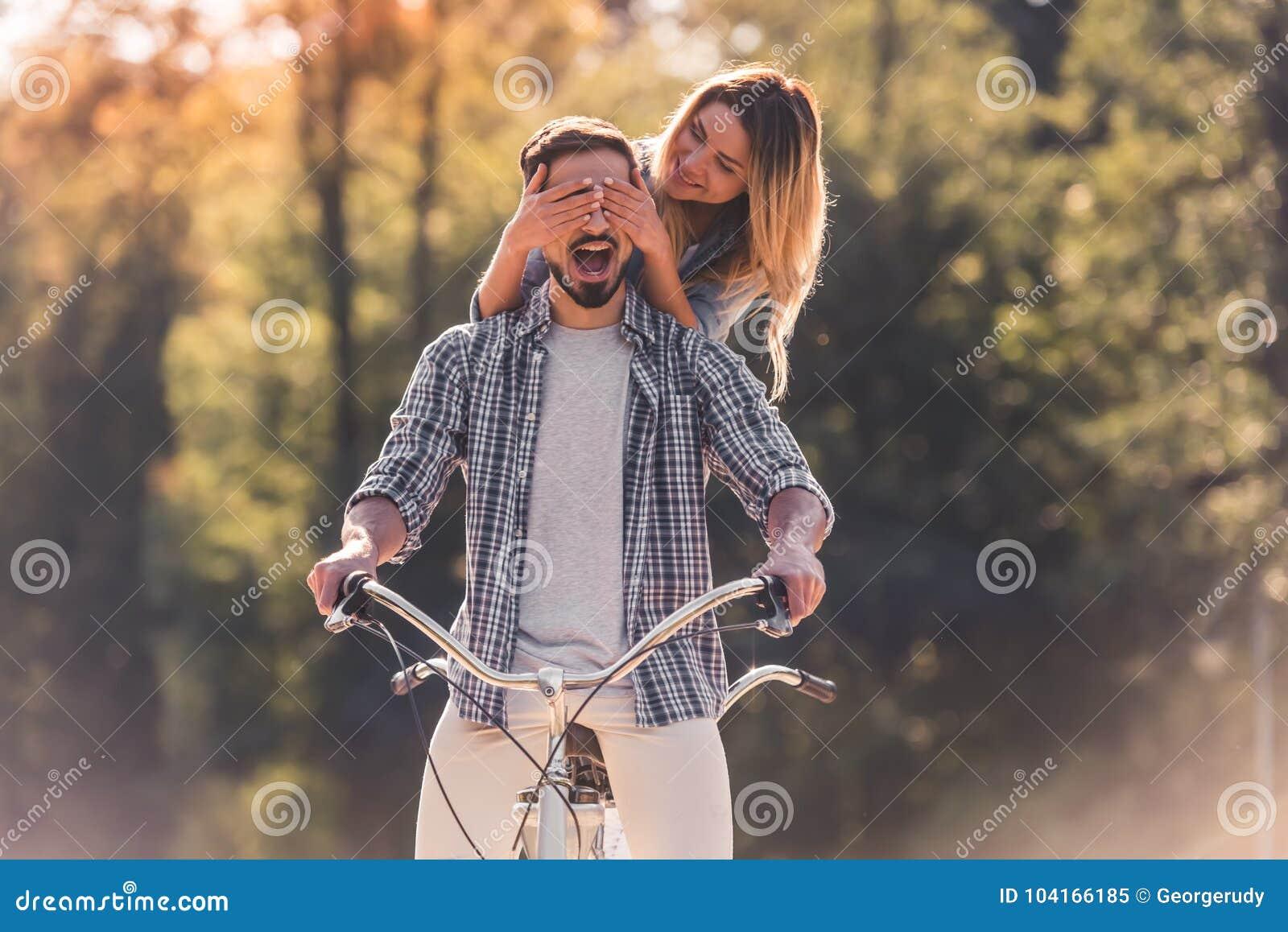 Pares con una bicicleta en tándem