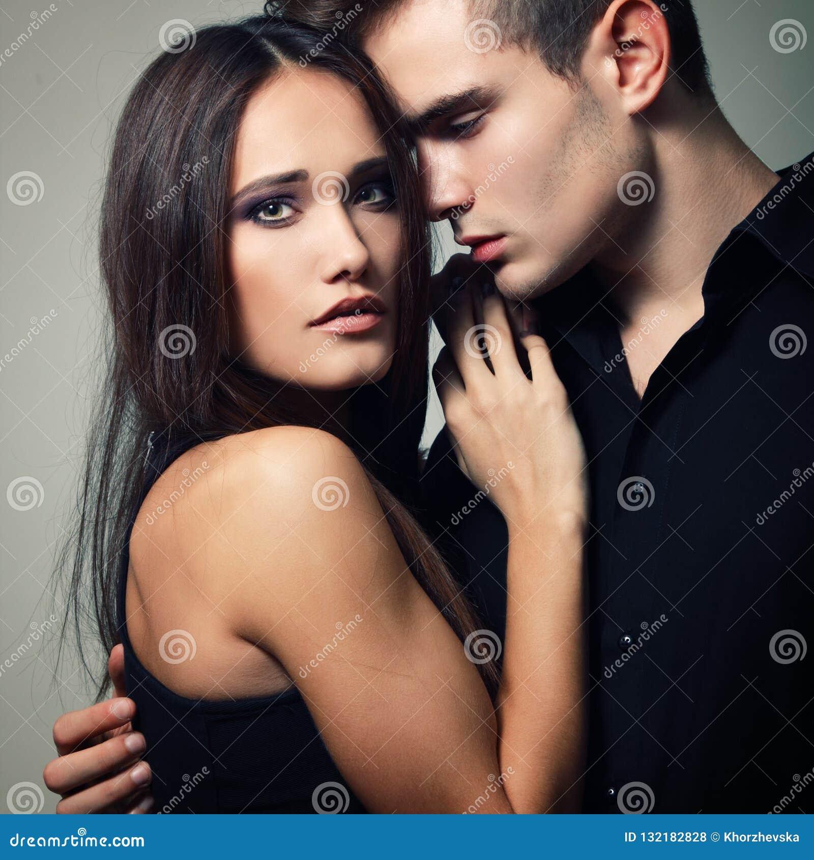 Pares da paixão, homem novo bonito e close up da mulher