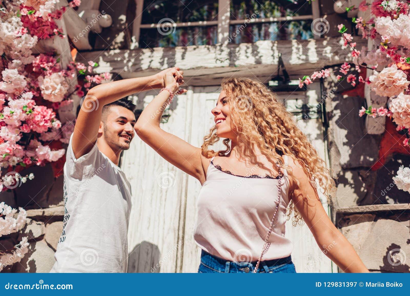Pares da raça misturada na dança do amor na rua da cidade Jovens que têm o divertimento fora