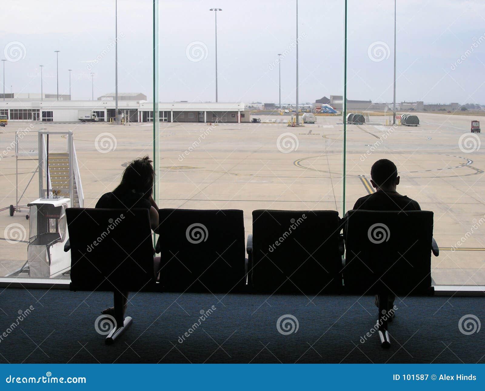 Pares da sala de estar do trânsito do aeroporto