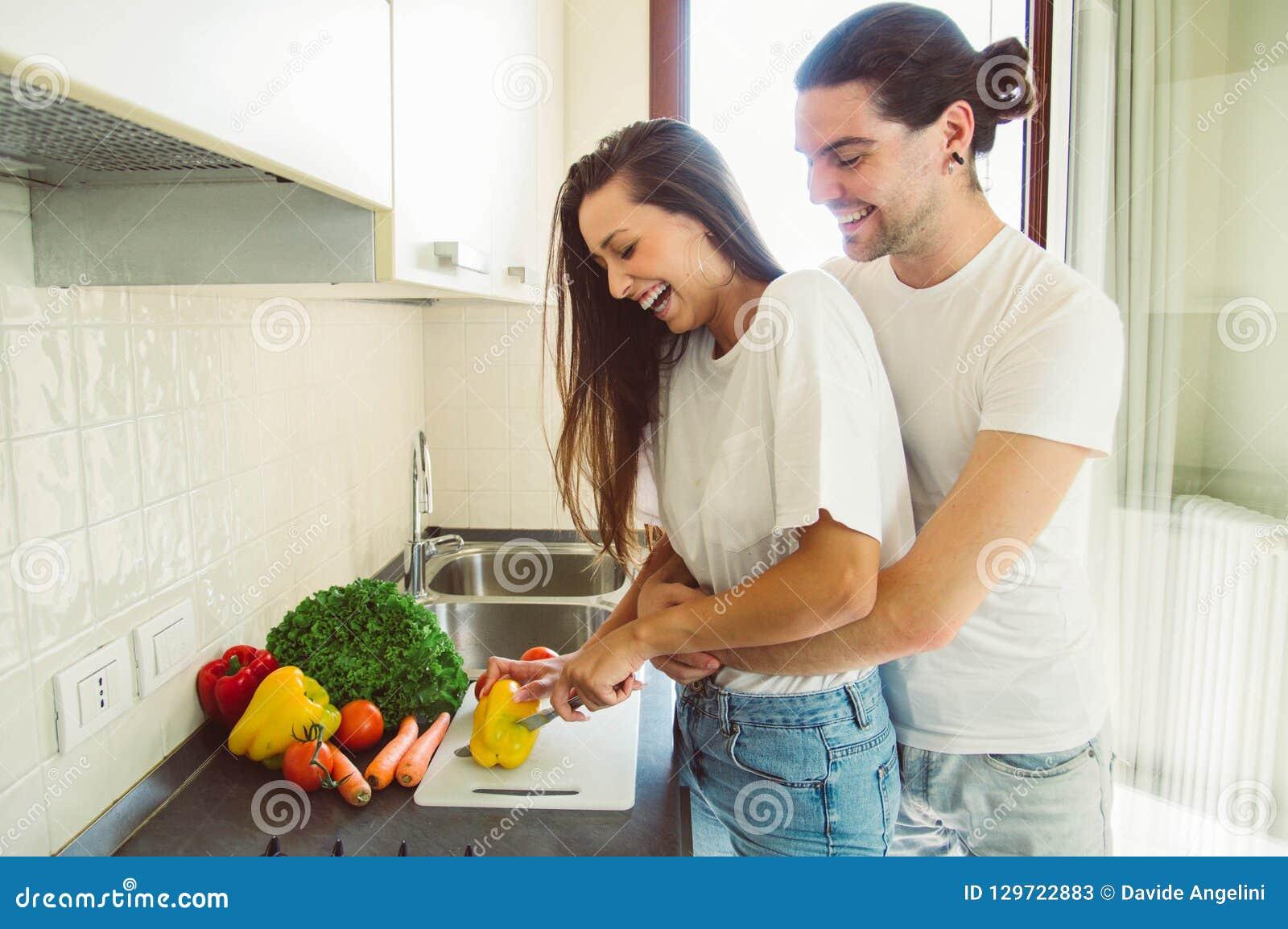 Pares de amor que cocinan en la cocina