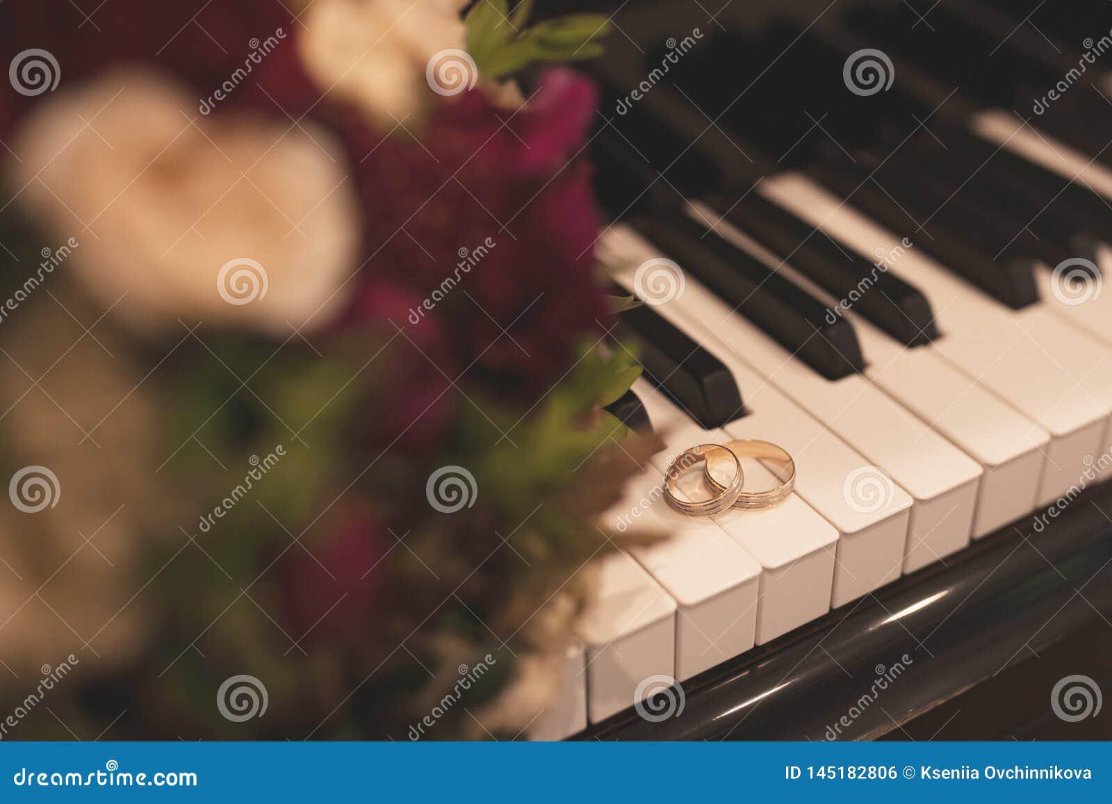Pares de anillos de bodas del oro blanco con los diamantes en anillo para mujer y la superficie mate en anillo para hombre Anillo