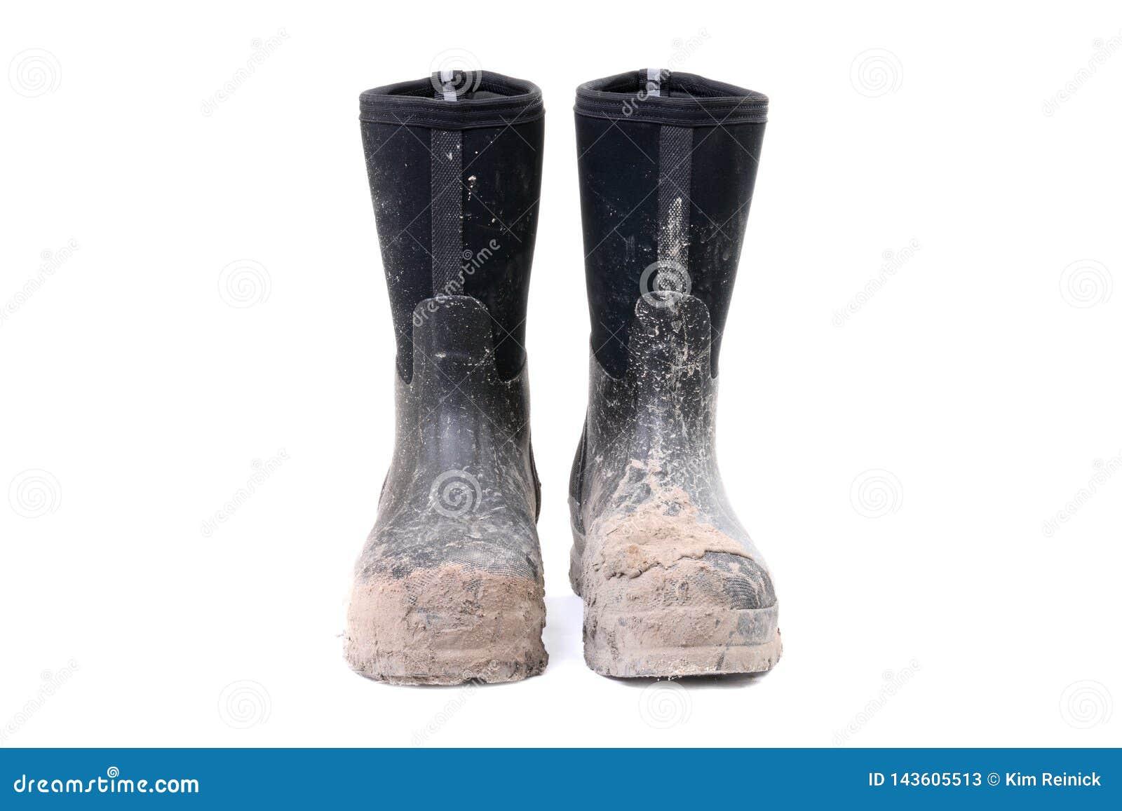 Pares de botas sucias de la suciedad