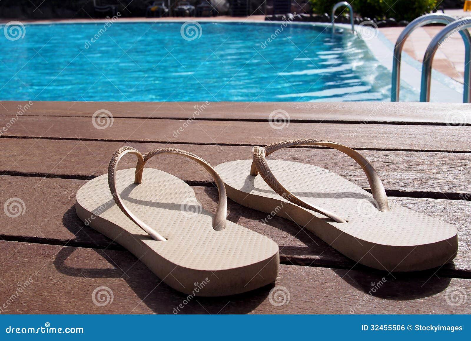 Pares de deslizadores por una piscina imagen de archivo libre de regal as imagen 32455506 - Business plan piscina ...