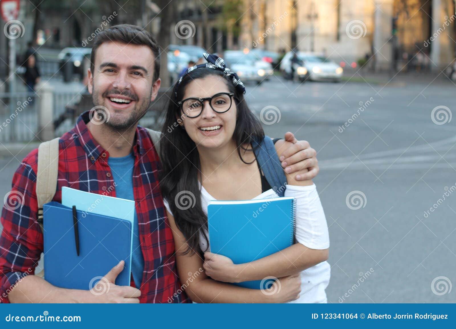 Pares de estudantes na rua