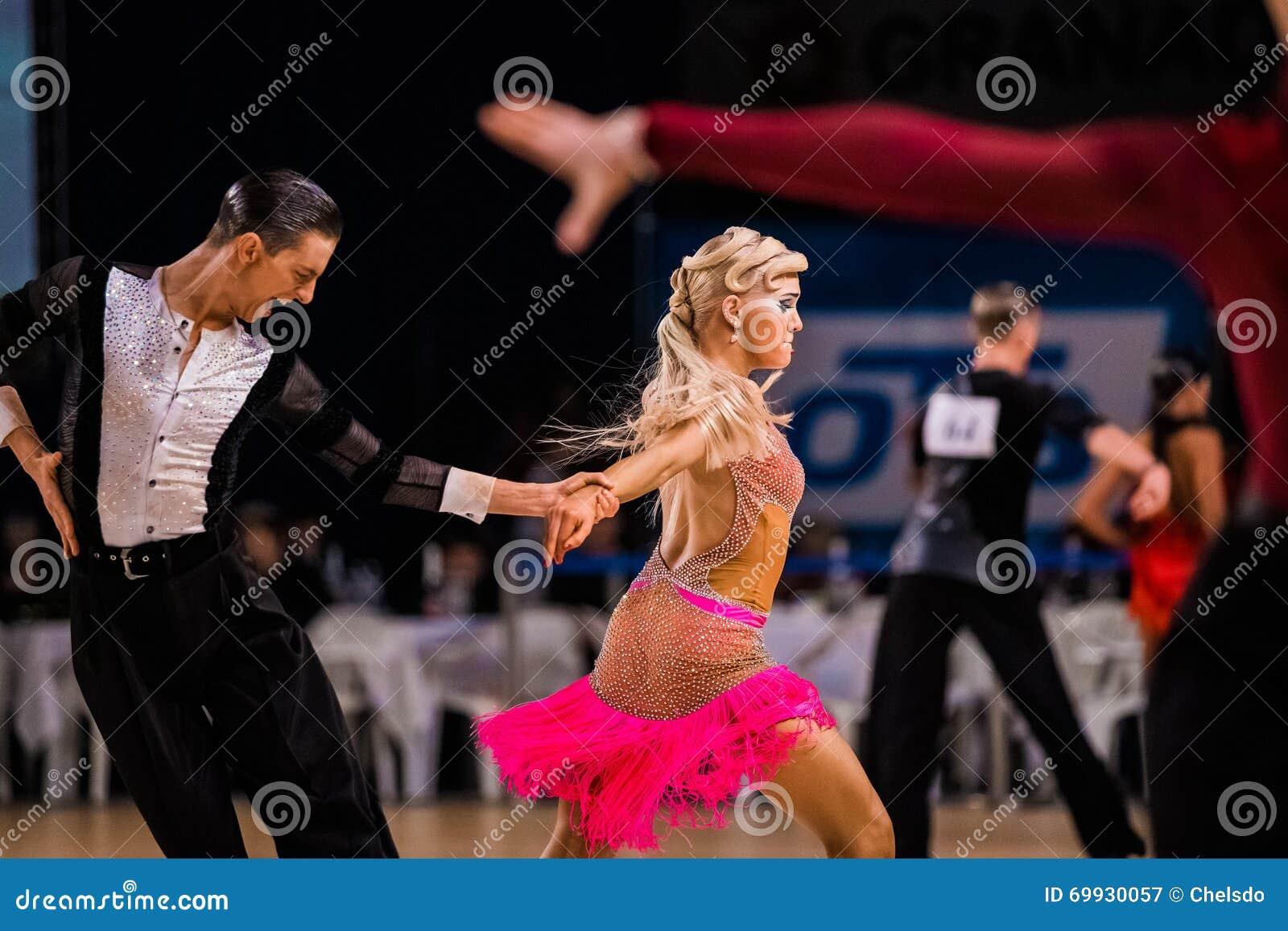 Pares de funcionamiento profesional de los bailarines en la danza de salón de baile