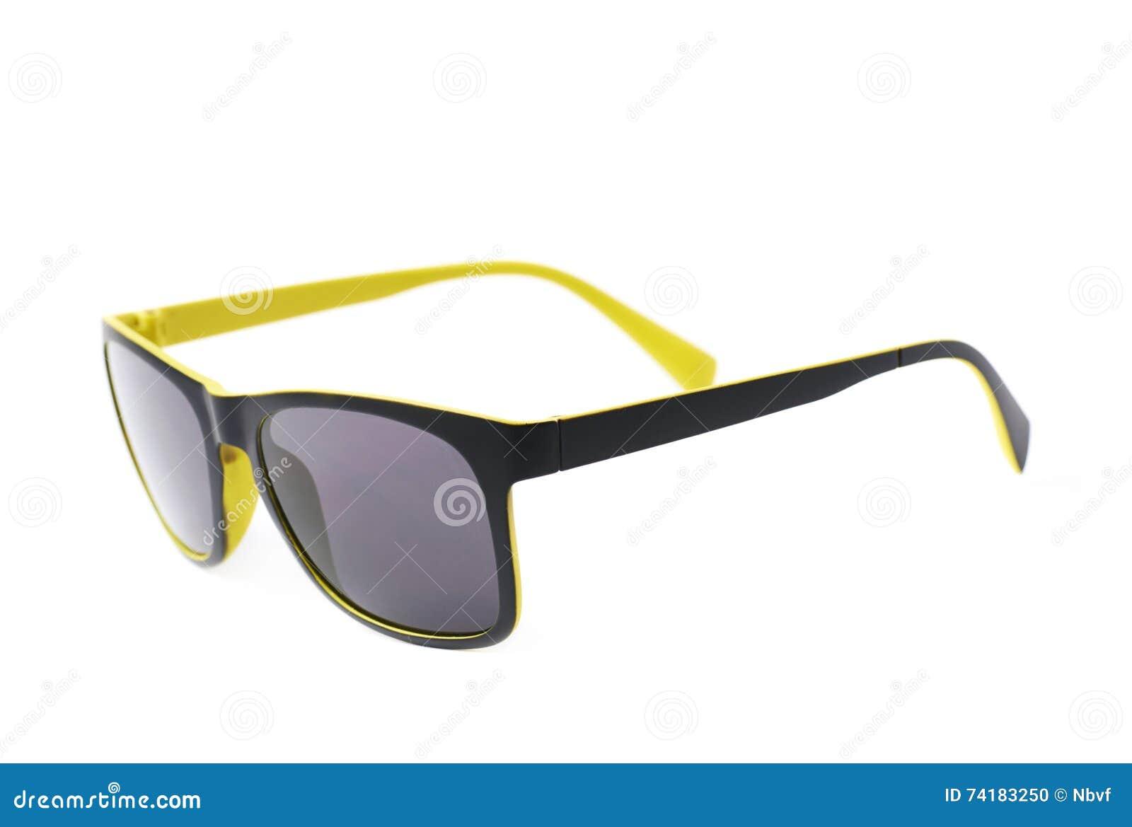 Pares de gafas de sol plásticas amarillas con las sombras de la oscuridad d8ba7cc34c2c