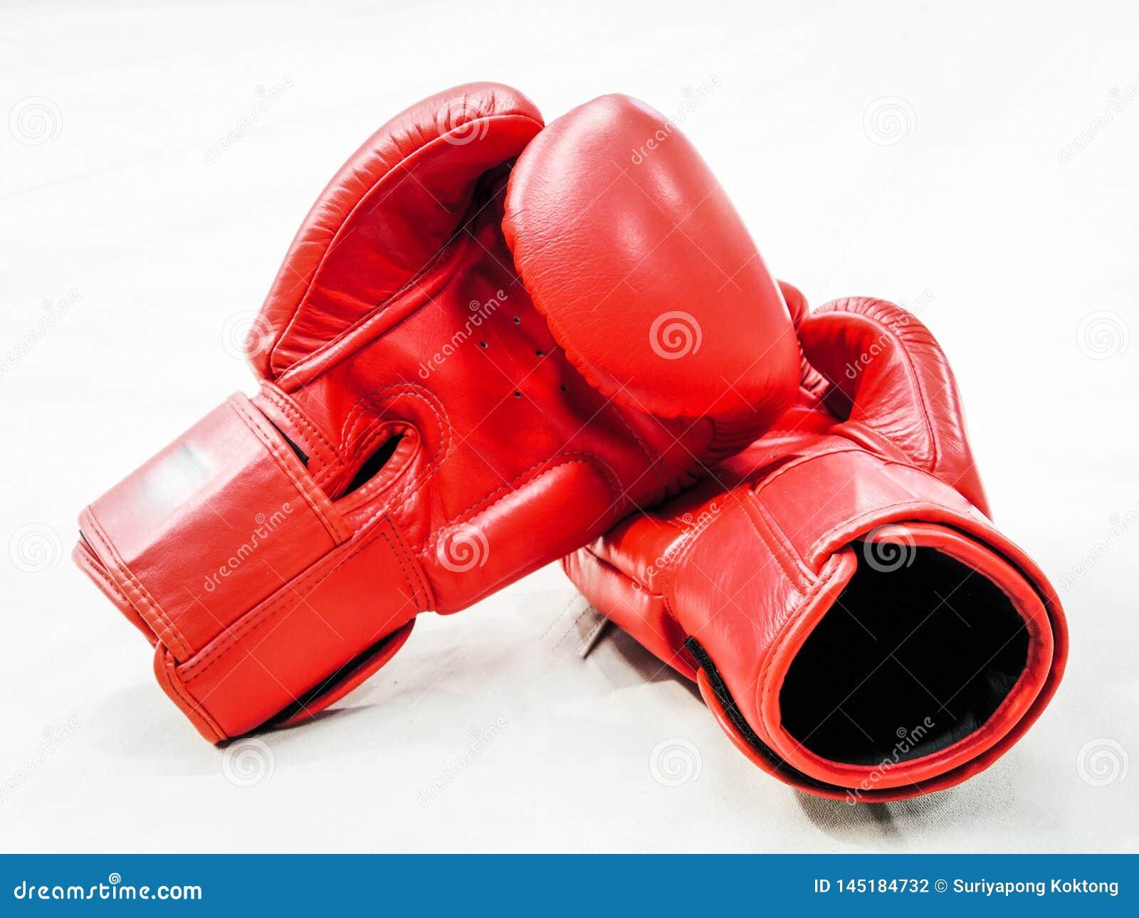 Pares de guantes de boxeo de cuero rojos aislados en blanco