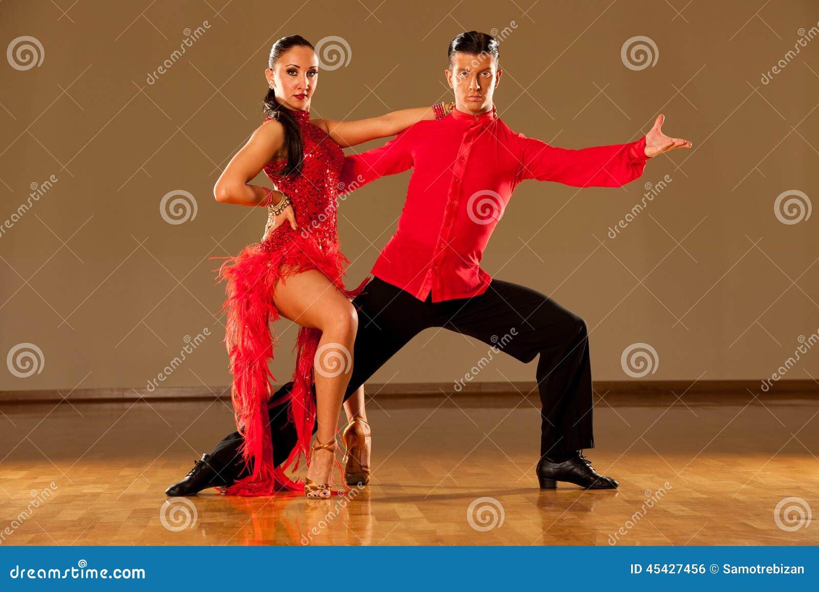 https://thumbs.dreamstime.com/z/pares-de-la-danza-del-latino-en-la-acci%C3%B3n-samba-salvaje-de-baile-45427456.jpg