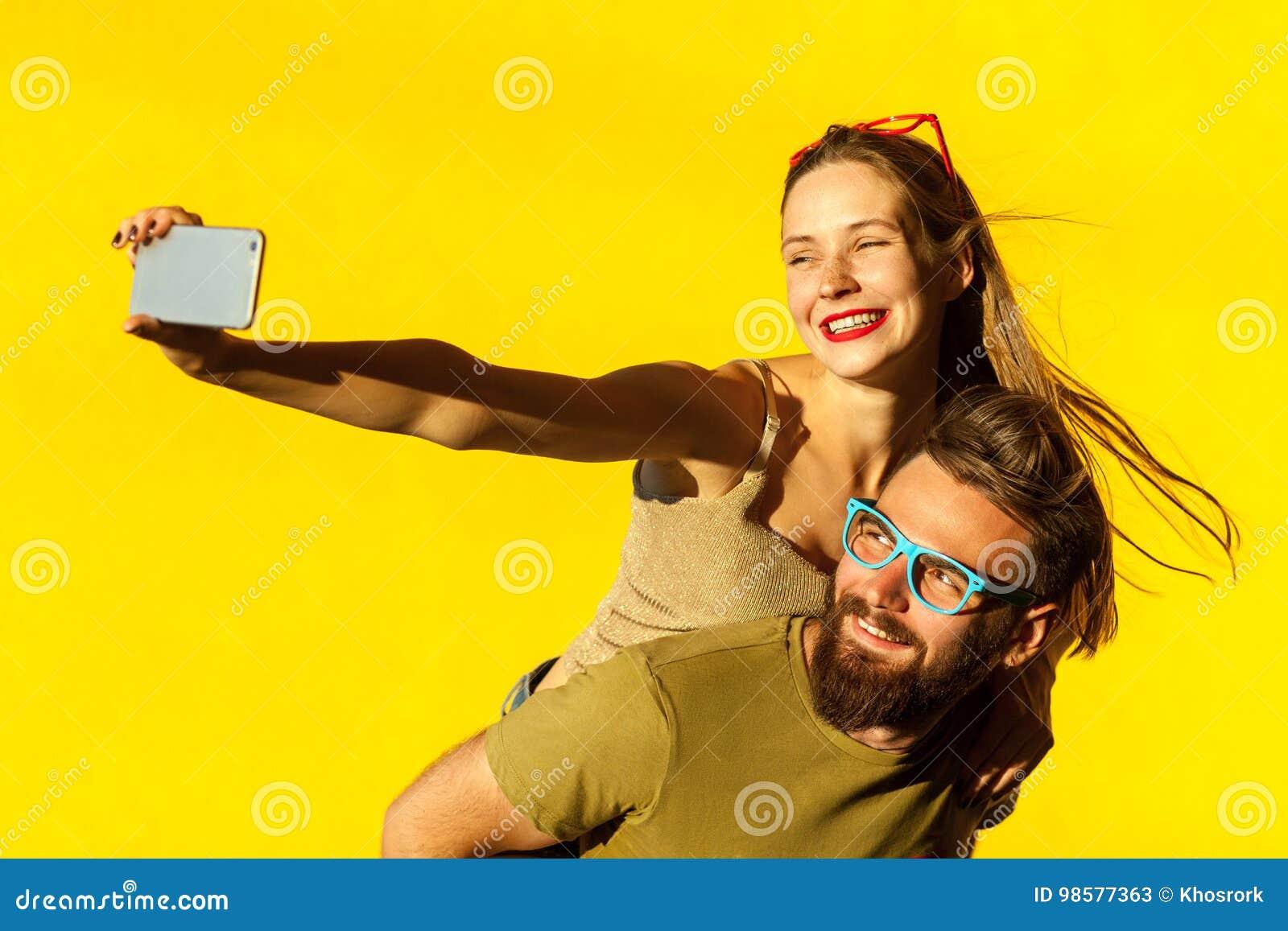 Pares de la felicidad piggyback Selfie