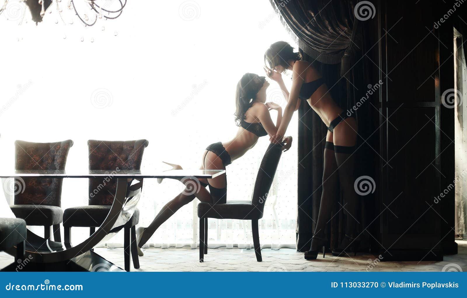 Pares de la mujer atractiva dos en ropa interior