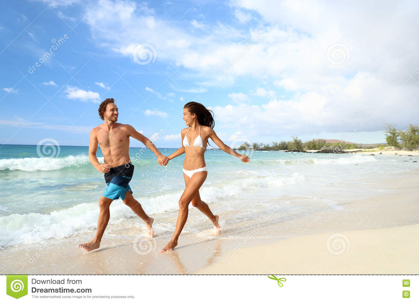 Pares de las vacaciones de verano de la playa que corren el días de fiesta