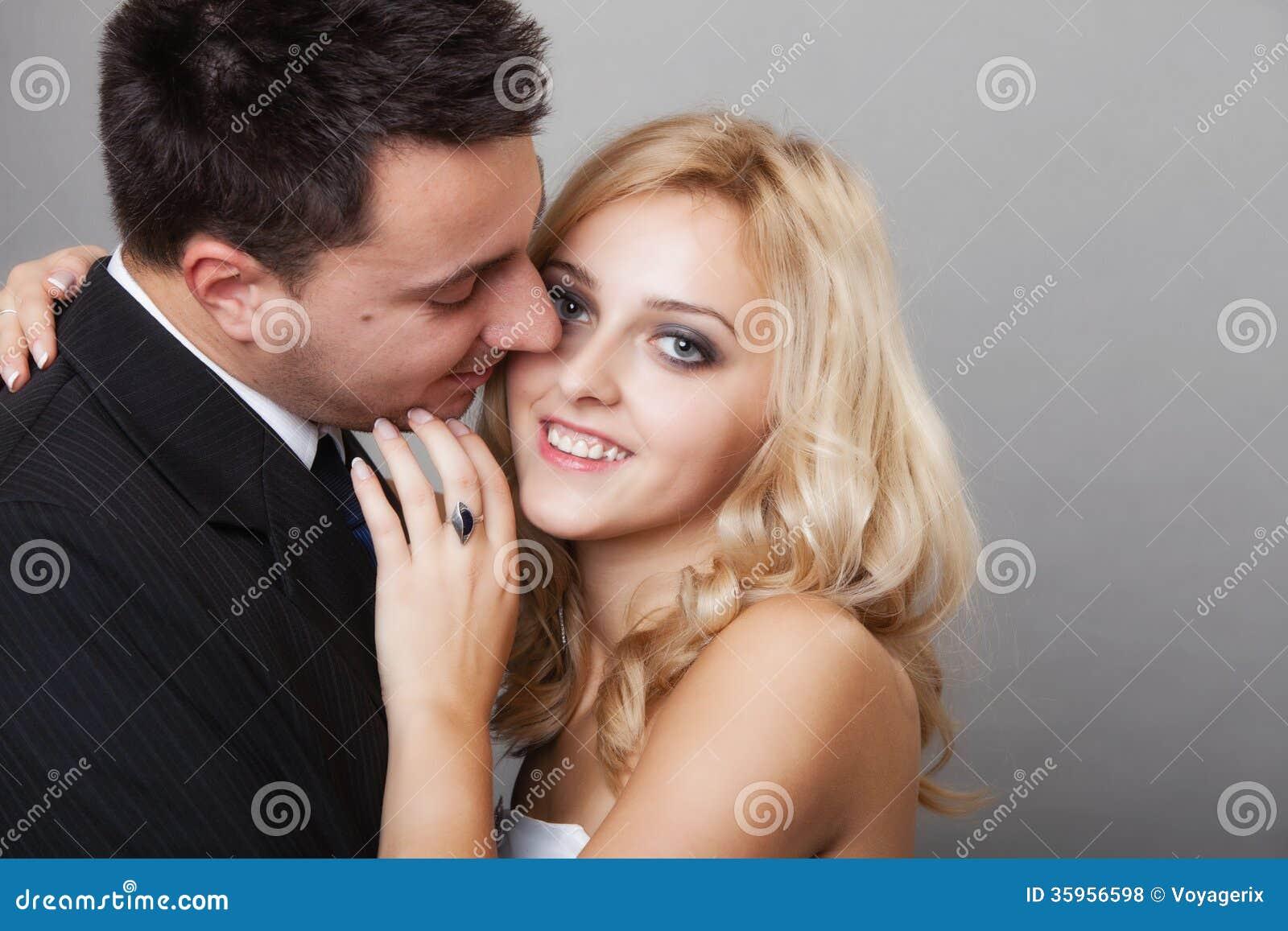 Pares de los amantes novio y del tiro del estudio de la novia