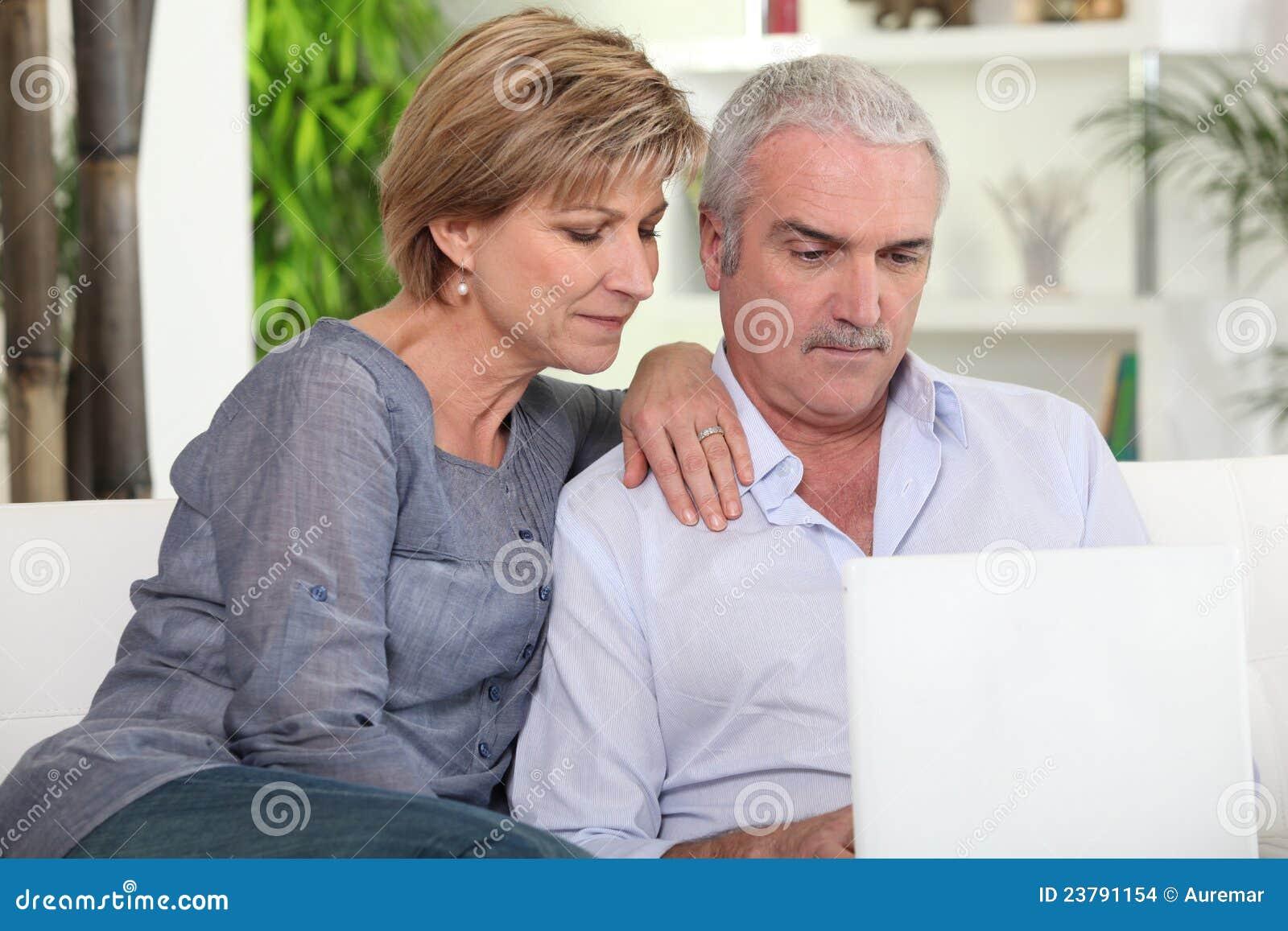 Pares de mediana edad con un ordenador
