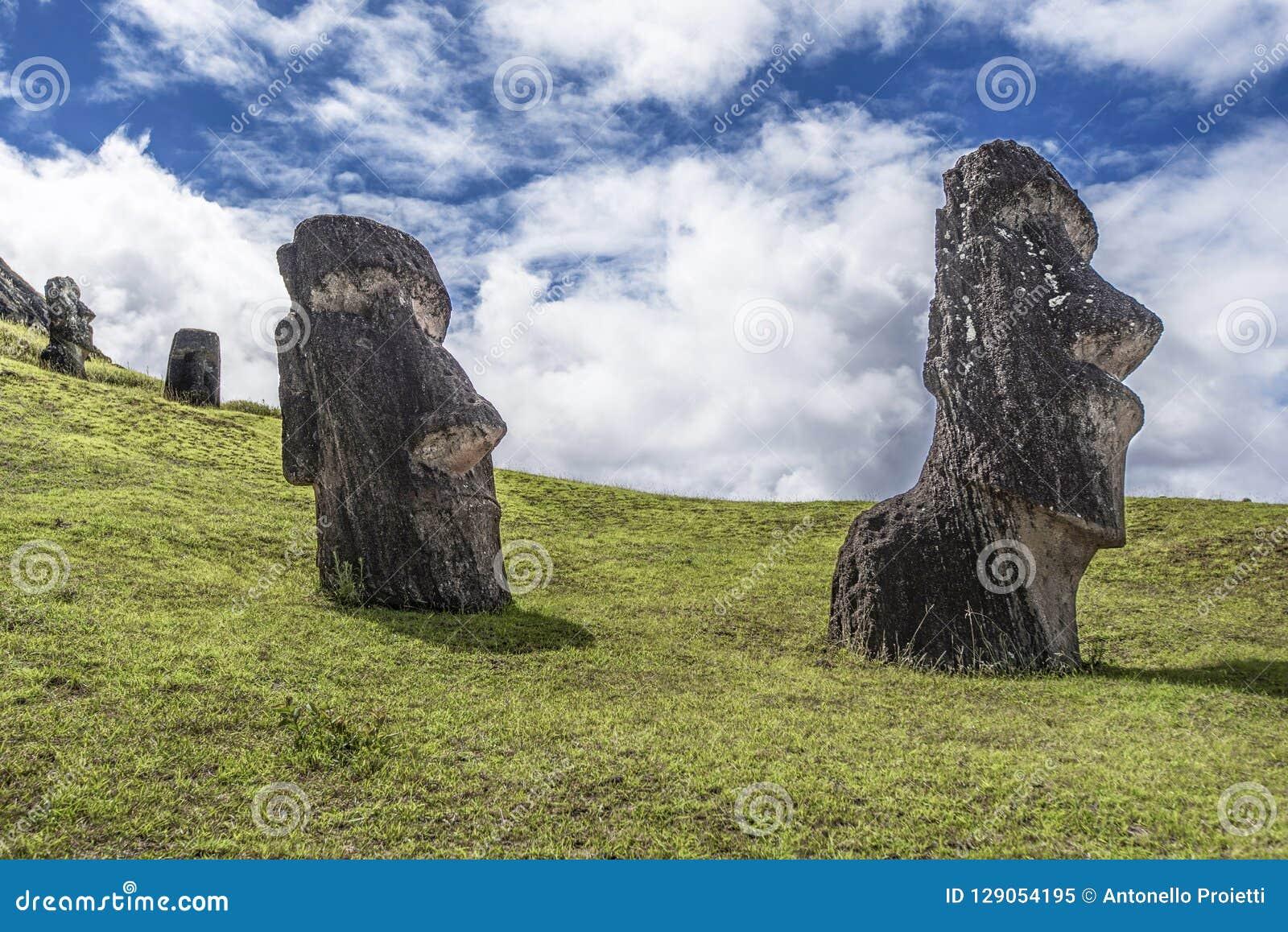 Pares de moai subterrâneo no monte de Rano Raraku