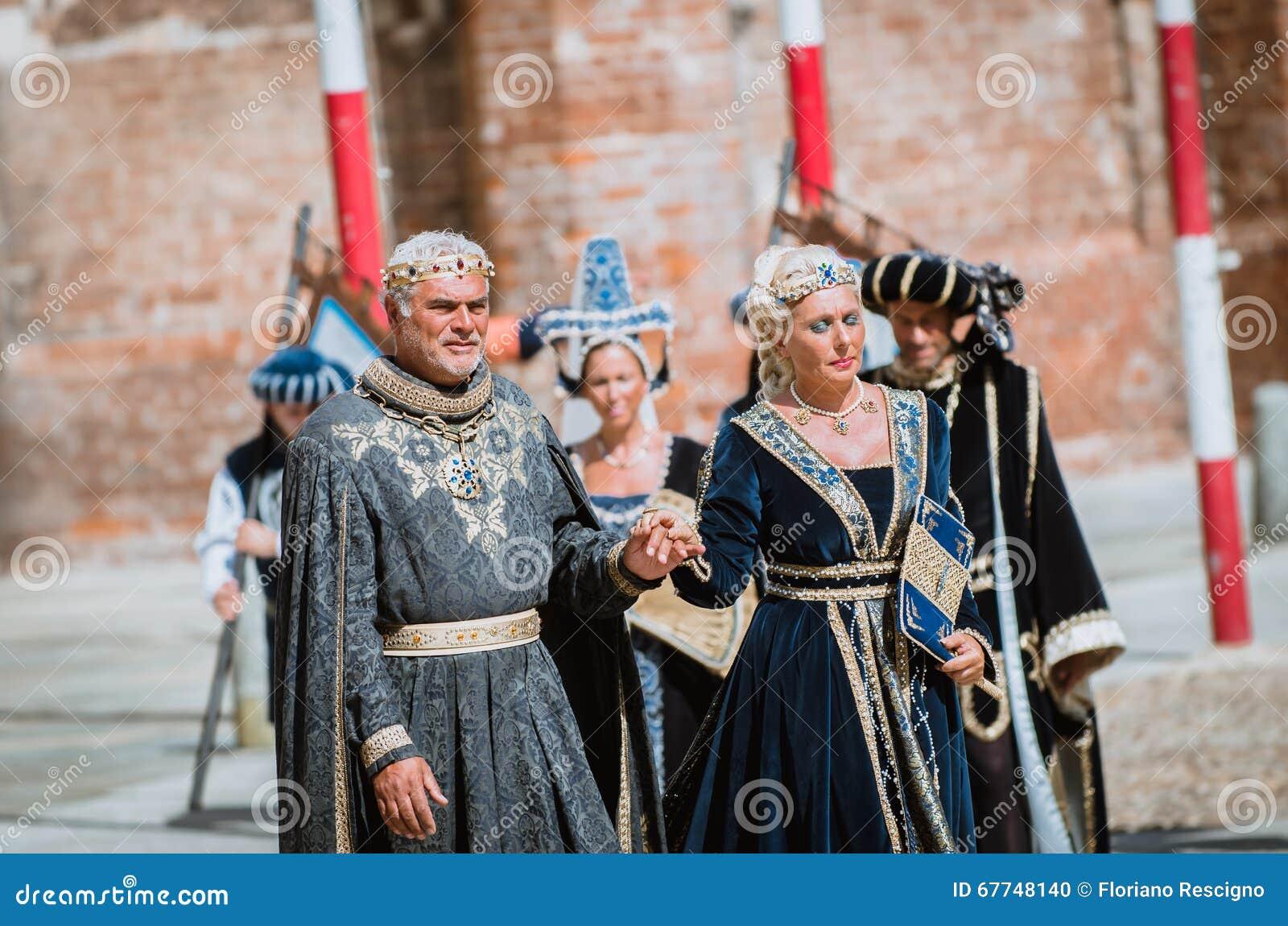 Pares de nobres medievais na parada