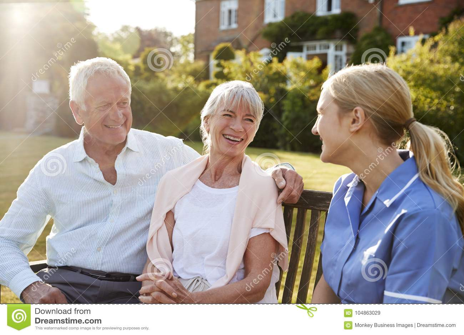 Pares de Talking To Senior da enfermeira na casa dos cuidados domiciliários