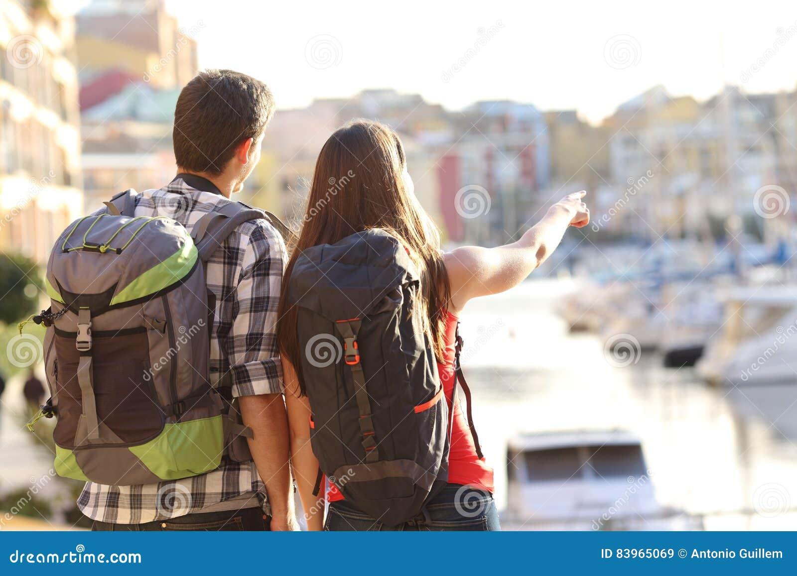 Pares de turistas que sightseeing