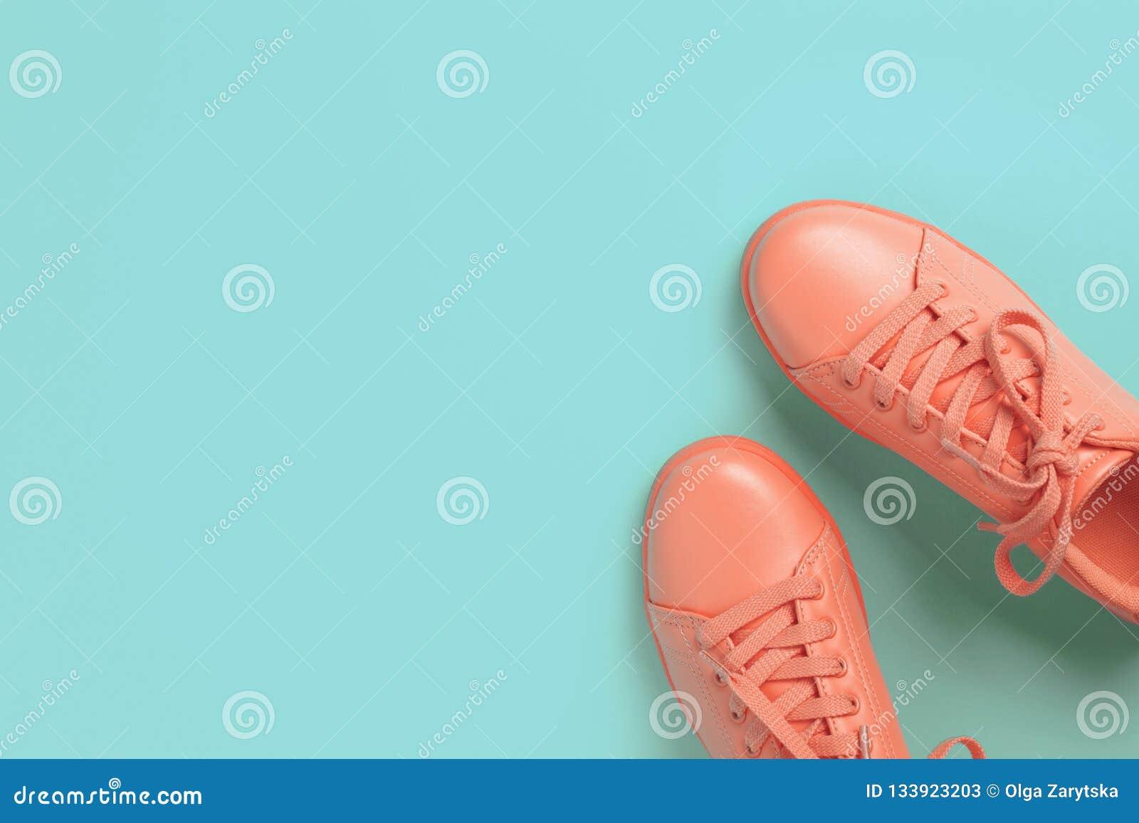 Pares de zapatos coralinos en fondo azul