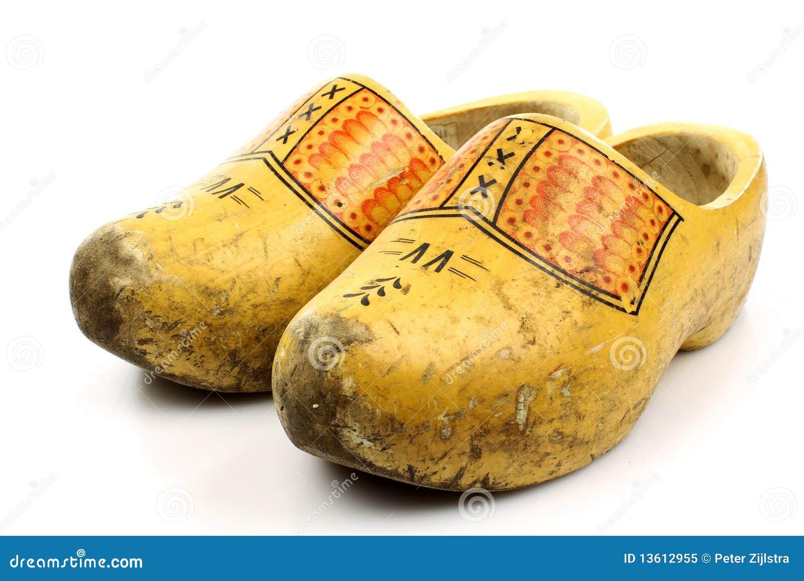 Pares de zapatos de madera amarillos holandeses tradicionales