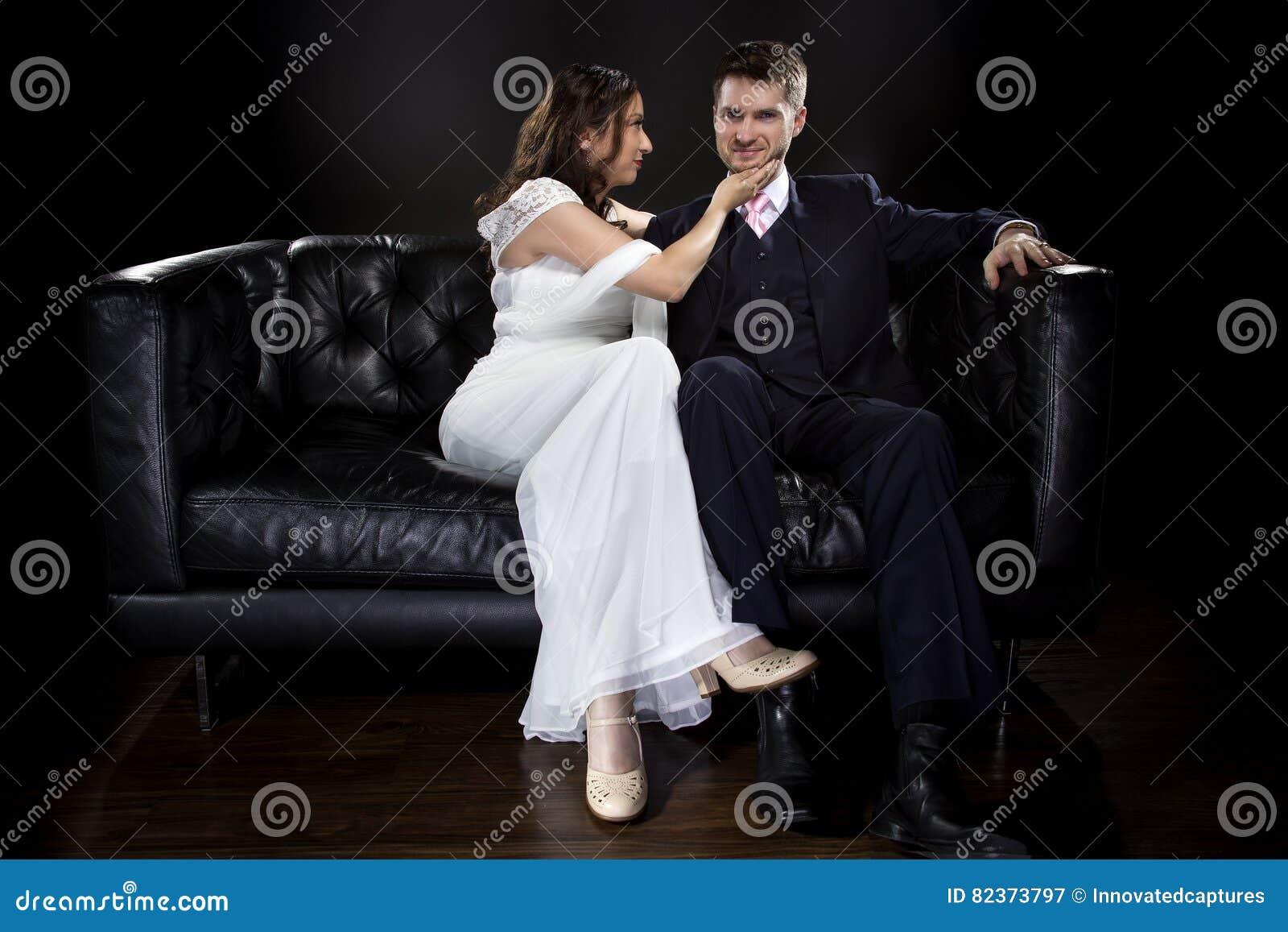 Pares dedicados que modelan Art Deco Style Wedding Suit y el vestido