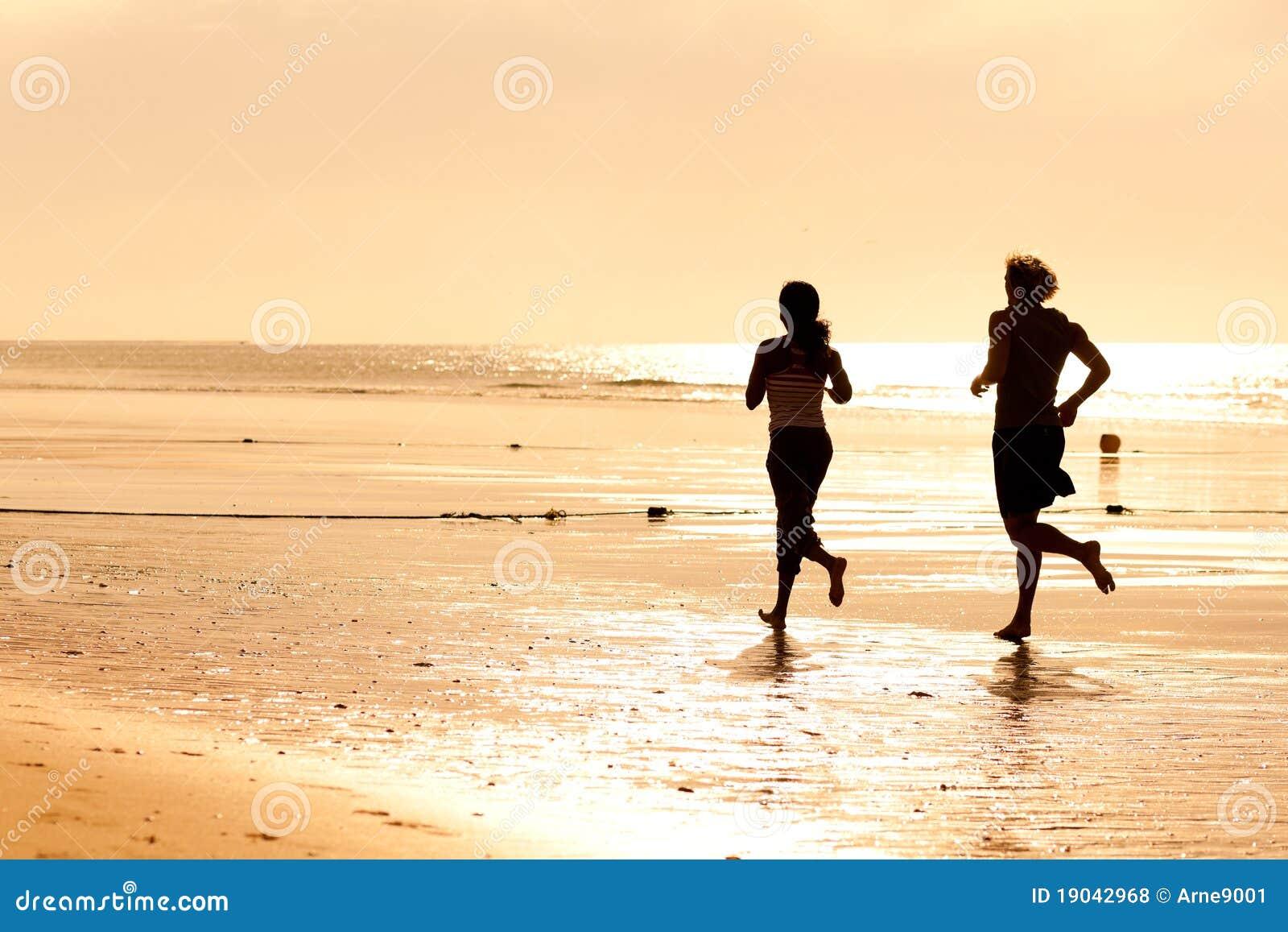 Pares del deporte que activan en la playa