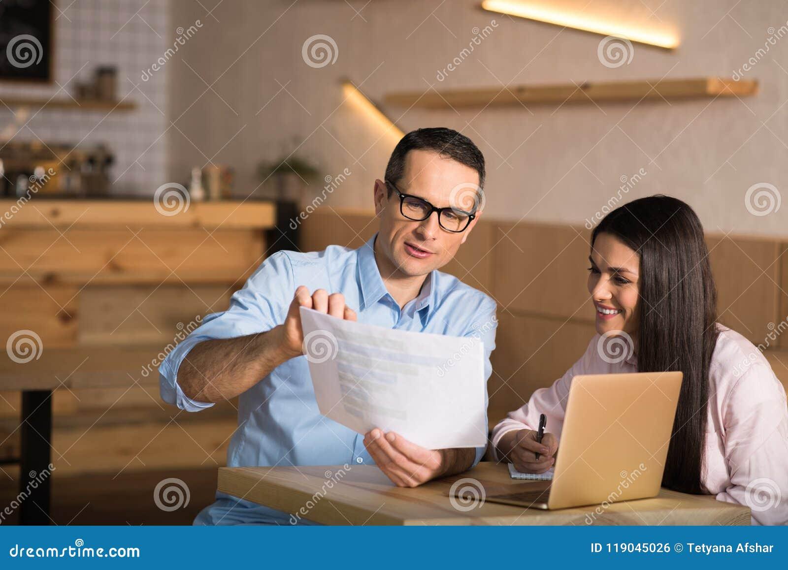 Pares del negocio que miran documentos