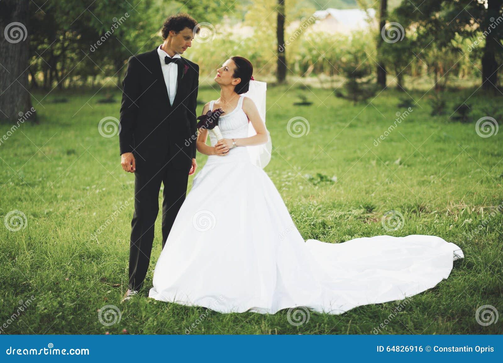 Pares del recién casado en jardín