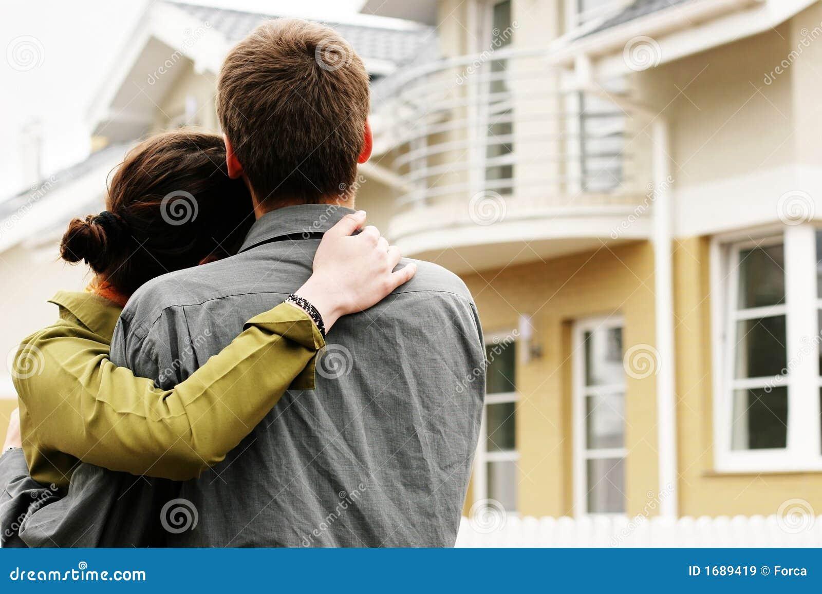 Pares delante de la casa unifamiliar