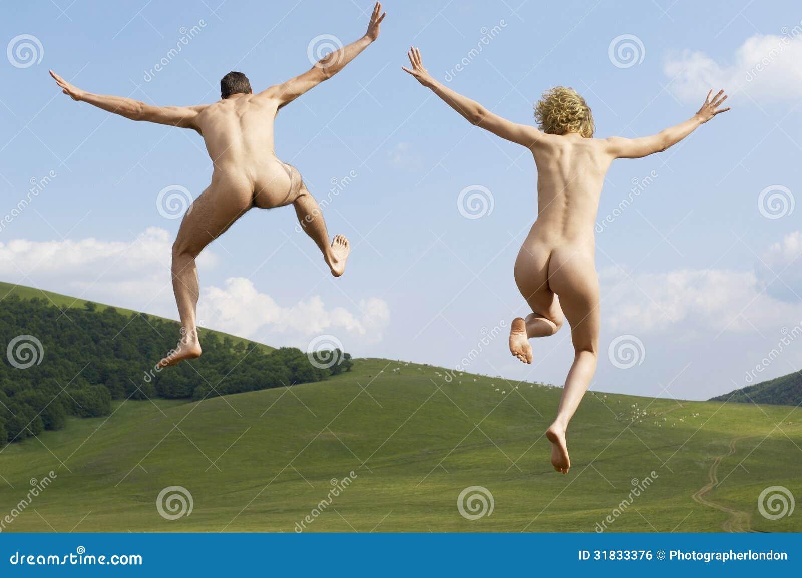 ¿Dónde están los límites de la pornografía? Pares-desnudos-con-el-salto-extendido-de-los-brazos-en-parque-31833376