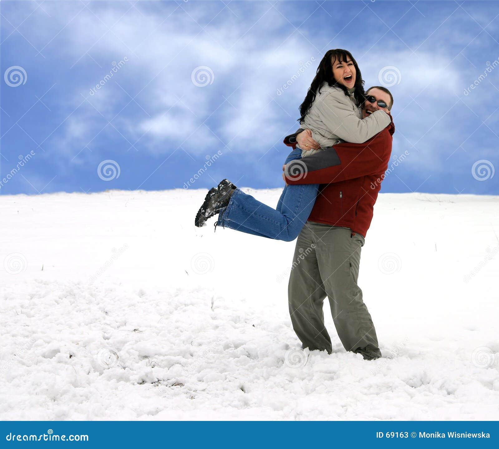 Pares - divertirse en nieve