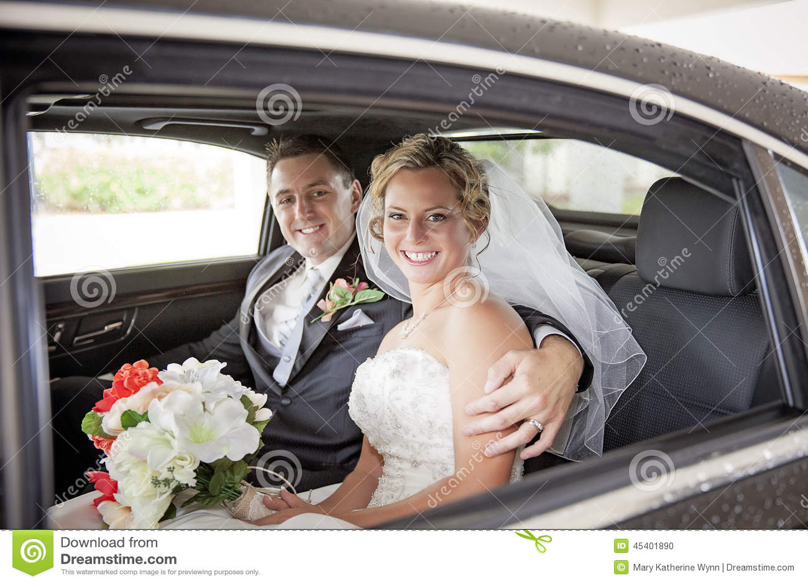 Pares do casamento na limusina