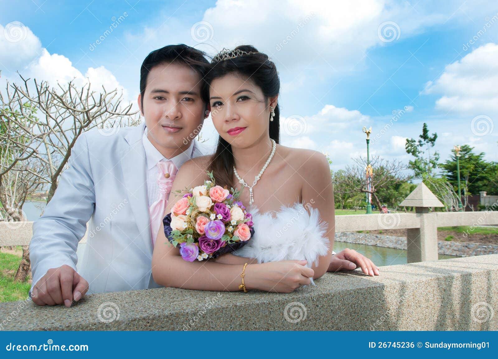 Pares do casamento no parque em Tailândia