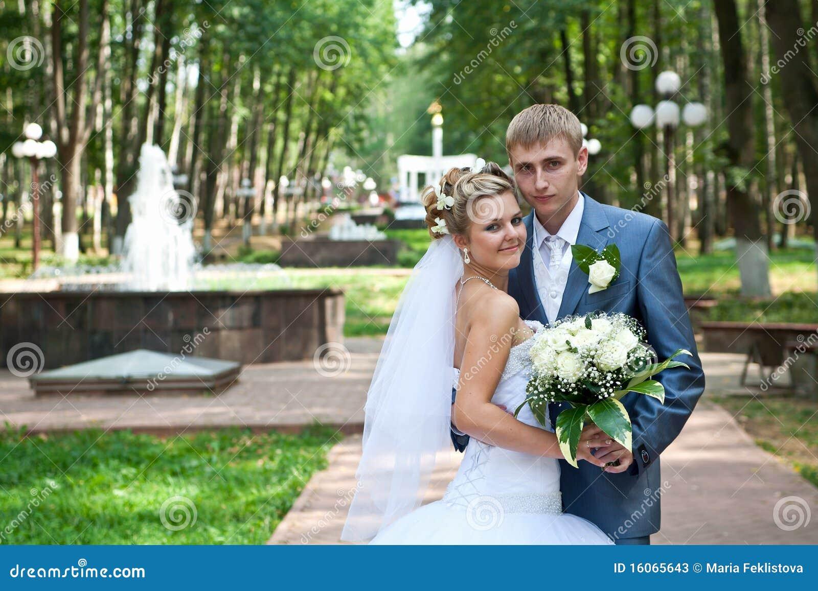 Pares do Newlywed em um parque