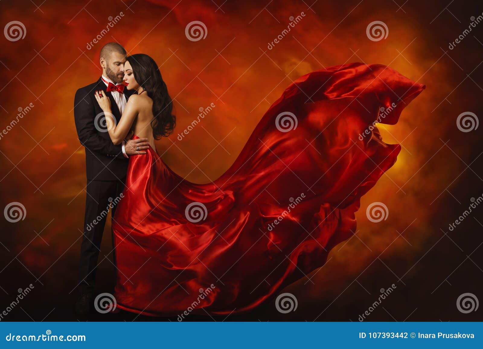 Pares elegantes, mujer de baile en vestido rojo con el hombre