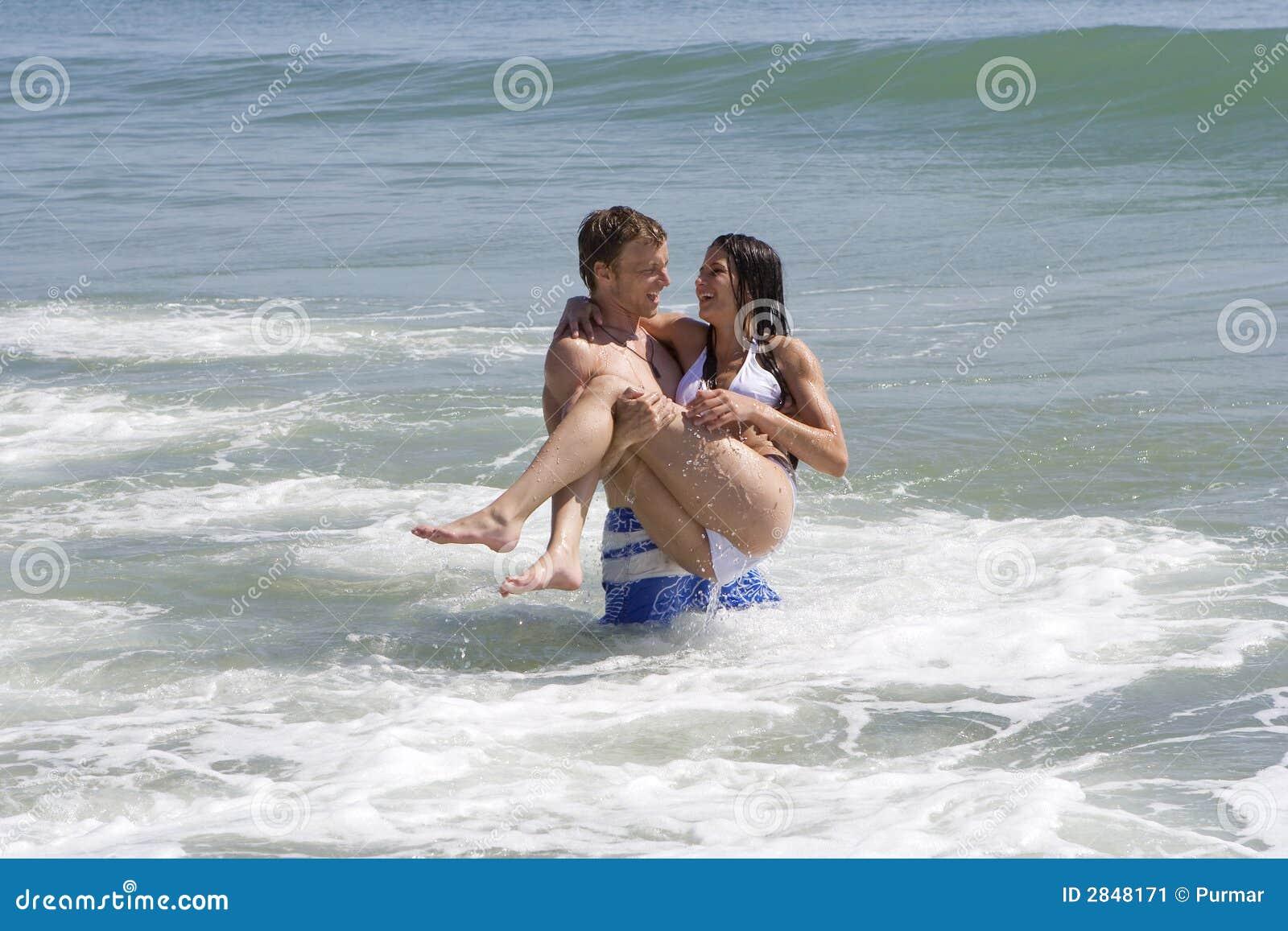 Pares em uma praia