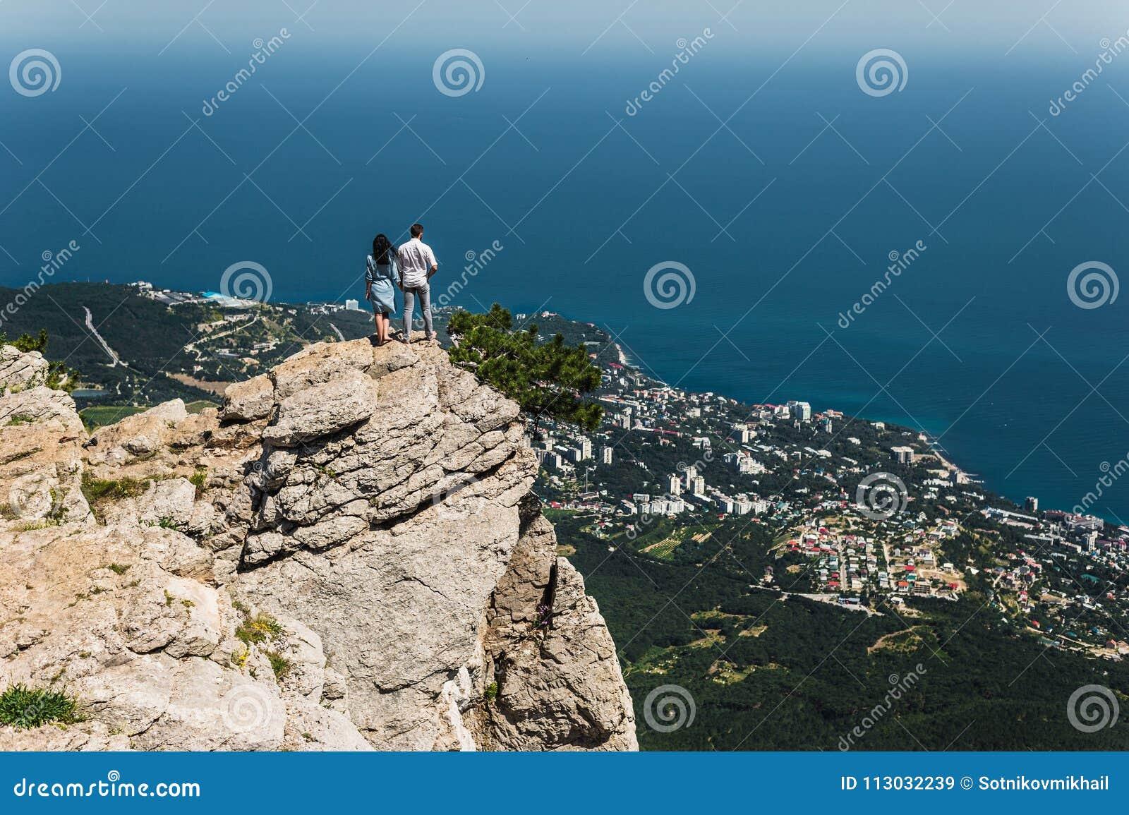 Pares en amor en el acantilado por el mar