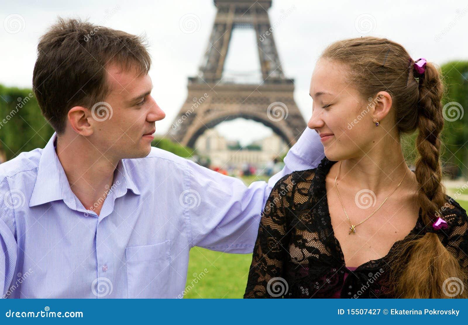 Pares en amor en París